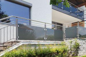 Zäune und Balkone und Balkon-Geländer