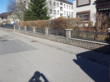 Gartenzaun auf Steinmauer montiert